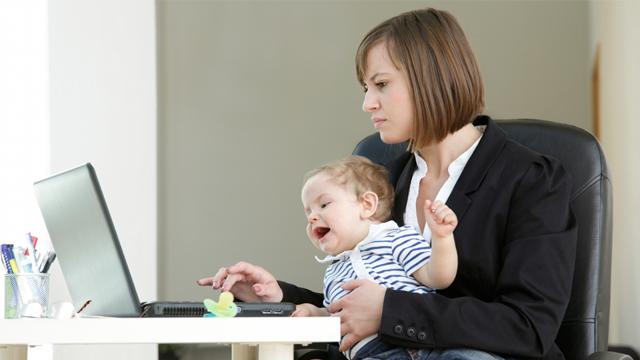 """Çalışan anneler """"Yetersizlik"""" endişesi taşıyor."""