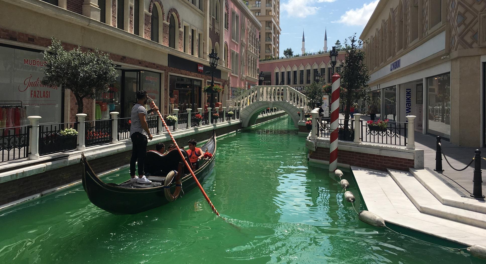 Venezia Mega Outlet İstanbul'da şaşırtıcı Venedik konsepti ile ziyaretçileri kendine hayran bırakıyor.