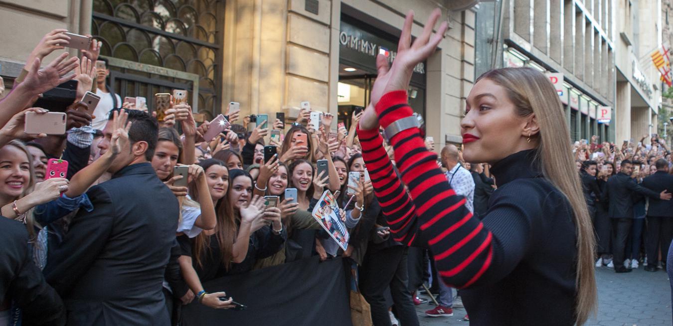 Gigi Hadid, Sonbahar 2017 'TommyXGigi' ortak koleksiyonunu ve farklı şehirlerdeki farklı stillerini kutlayan global #TogetherTour kapsamında Barselona'yı ziyaret etti.