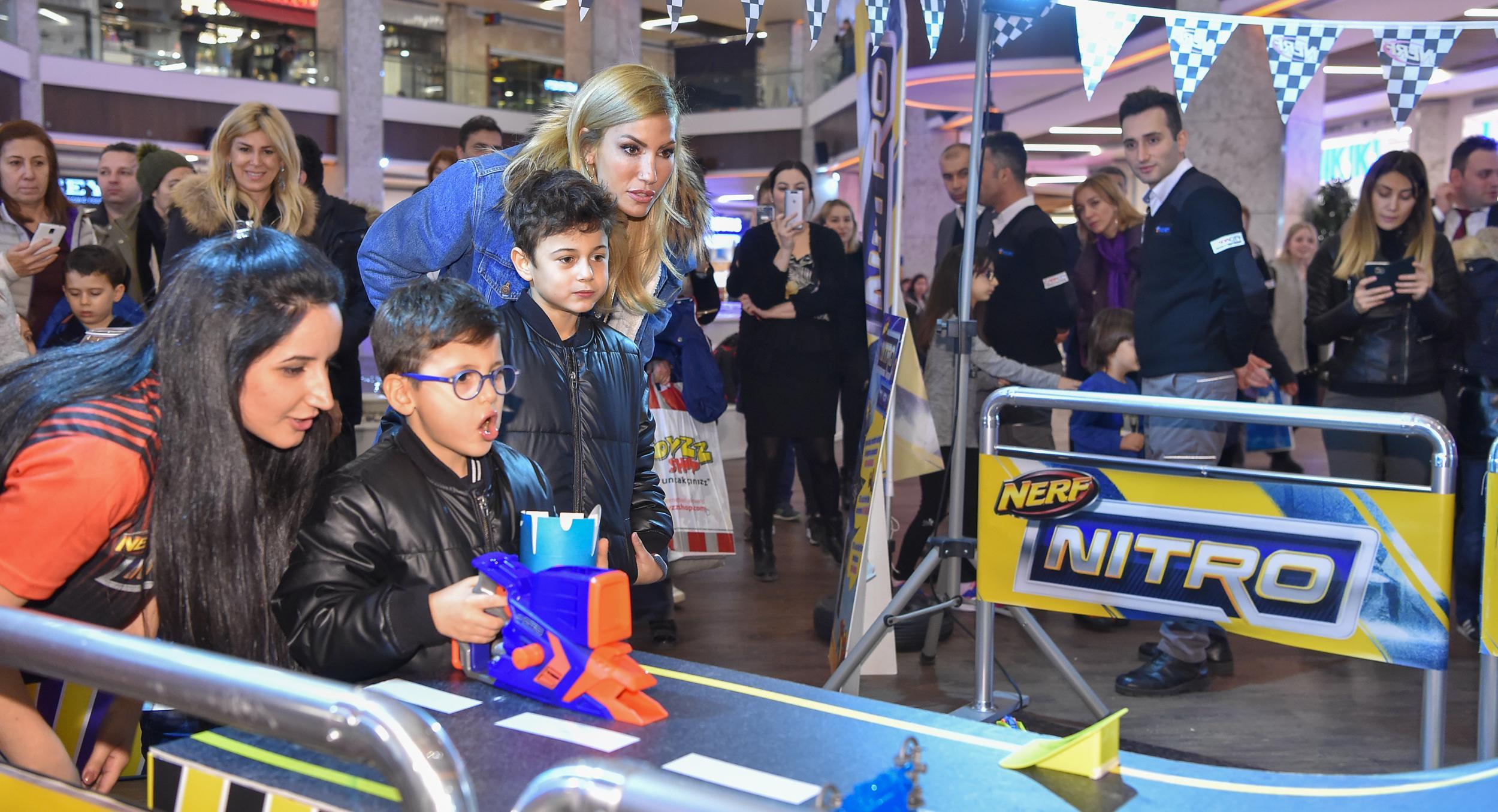 Toyzz Shop Nerf Nitro etkinliğinde Çağla Şıkel rüzgarı esti!