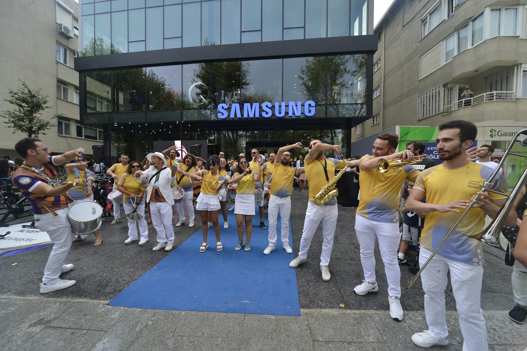 Samsung'un En Büyük Mağazası için Bağdat Caddesi'nde Karnaval Gibi Açılış